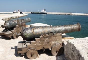 Cannoni al porto di Monopoli