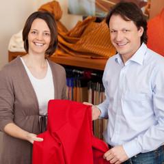 verkäufer berät beim gardinenkauf