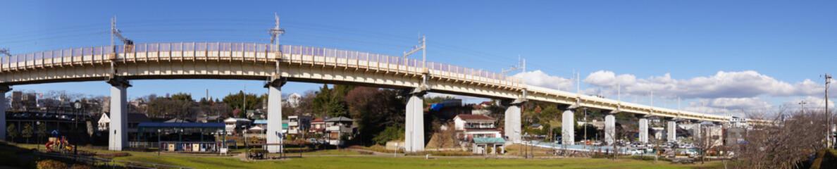 Pont de chemin de fer traversant Narita au Japon