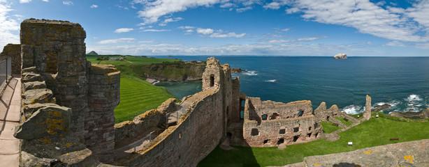 Вид сверху на замок Танталлон (Шотландия)