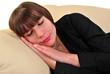 junge Frau ruht entspannt auf einer Couch