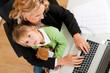 Geschäftsfrau und Mutter arbeitet mit Tochter im Internet