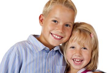 Junge und Mädchen lachen glücklich in Kamera - Freundschaft