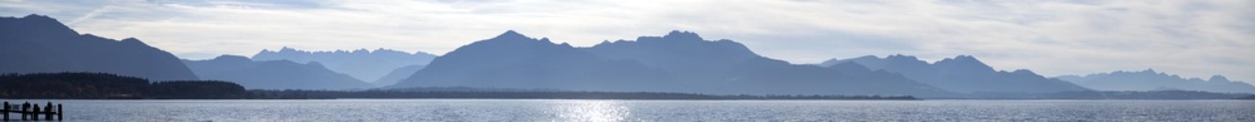 grosses panorama vom chiemsee mit kampenwand