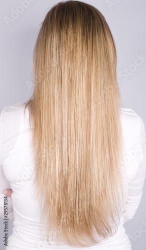 femme aux cheveux longs blonds
