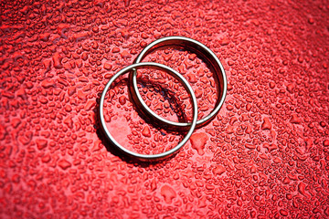 wedding rings on waterdrop background