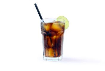 Glas Cola mit Eiswürfeln und Limette, beschlagen