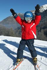 Petit skieur sur les pistes