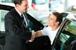 Mann kauft Auto im Autohaus