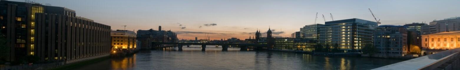 Панорама вечернего Лондона, снятая с Лондонского моста