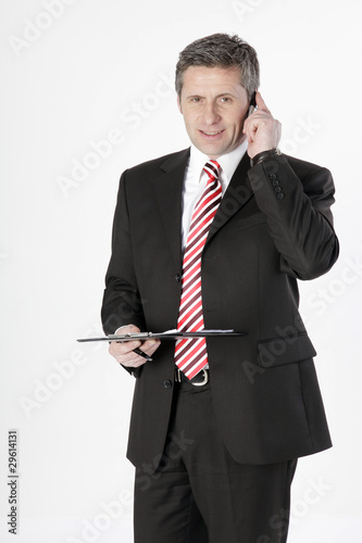 Geschäftsmann im Anzug telefoniert mit Handy