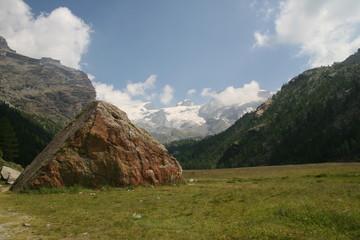 alta montagna selvaggia con lago