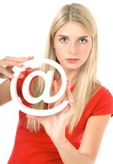 Blonde schöne junge Frau mit Internet Symbol
