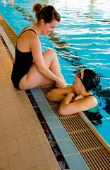 deux jeunes femmes à la piscine