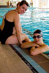 deux amies à la piscine