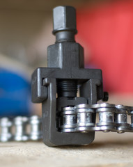 Device for riveting the chain.