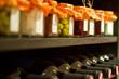 Weinflaschen und Einweckgläser in einem Regal