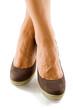 piedi femminili con scarpe marroni