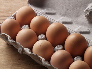 Cartón de huevos frescos.