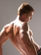 Detalle de un hombre musculoso.