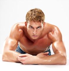 Joven hombre musculoso.