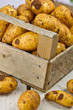 Kartoffeln in einer Holzkiste