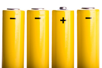 vier gelbe Batterien stehend