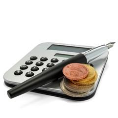 Taschenrechner mit Füller und Münzen