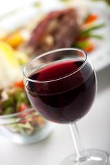 Glas Rotwein und Abendessen