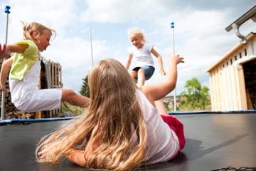 Kinder springen Trampolin