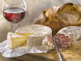Fototapety Saucisson sec, camembert, verre de vin rouge et pain