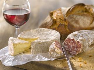 Saucisson sec, camembert, verre de vin rouge et pain