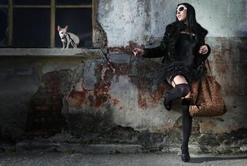 ragazza appoggiata al muro