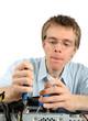 Junger Techniker repariert einen Computer