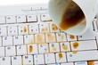Kaffeetasse auf Computer Tastatur geleert