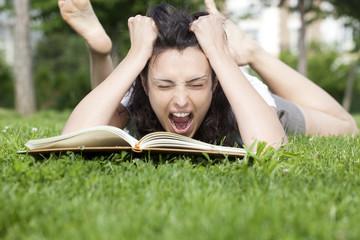 jeune femme en crise dans l'herbe