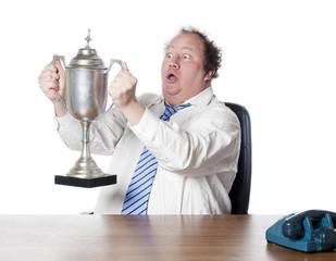 homme d'affaires victorieux coupe de gagnant