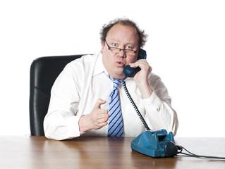 homme manager donnant des indications au téléphone