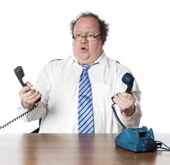homme gestionnaire interloqué avec deux téléphones