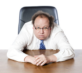 homme épuisé à son bureau