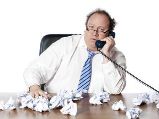 homme manager préoccupé au téléphone