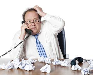homme d'affaires débordé au téléphone
