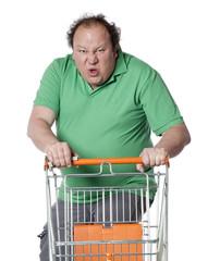 homme obèse énervé avec un caddie vide de grande surface