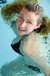 portrait d'une jolie femme dans l'eau