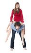 une fille sur le dos d'un garçon