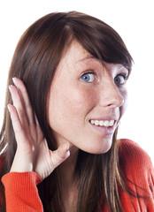 jeune femme écoutant