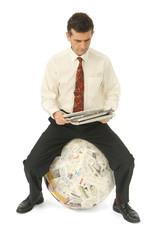 Homme d'affaire lisant l'actualité internationale