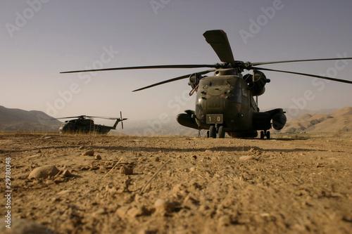Leinwanddruck Bild Hubschrauber im Staub