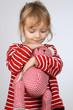 Kleines Kind kuschelt mit Teddy