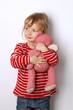 Kleines Kind kuschelt mit ihrem Teddy